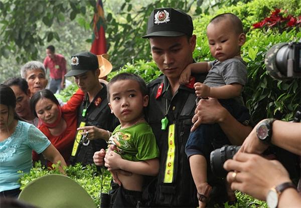 Lực lượng cảnh sát liên tục chuyển các em nhỏ tới vị trí thông thoáng hơn để đảm bảo sức khỏe.