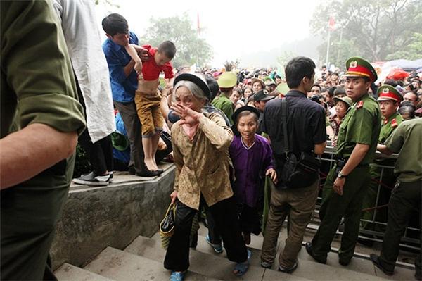 Người già được ưu tiên vượt qua barie lên nghỉ chân ở khu vực đóng quân của lực lượng cảnh sát.