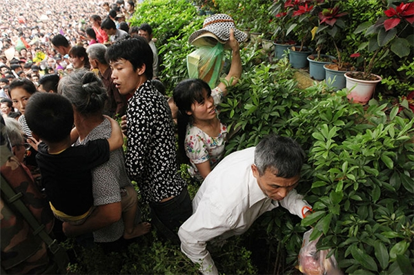 Để tránh dòng người đang ùn ùn chen lấn, nhiều người bất chấp nguy hiểm leo núi, vượt rào đi tắt để lên khu vực đền Thượng.