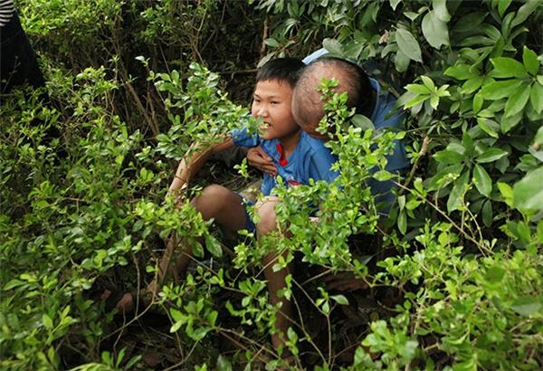 Nhiều du khách ngã dúi dụi khi leo núi do sáng sớm thời tiết có mưa nhỏ khiến đất ướt, trơn.