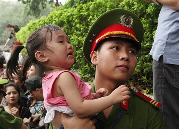 Lễ hội Đền Hùng 2016: Trẻ nhỏ khóc ngất giữa biển người