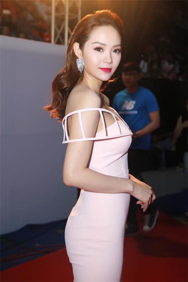 Nữ ca sĩ lăng xê sắc hồng thạch anh đang hợp xu hướng. Bộ váy chỉ được chấm phá đơn giản ở phần cầu vai lạ mắt.