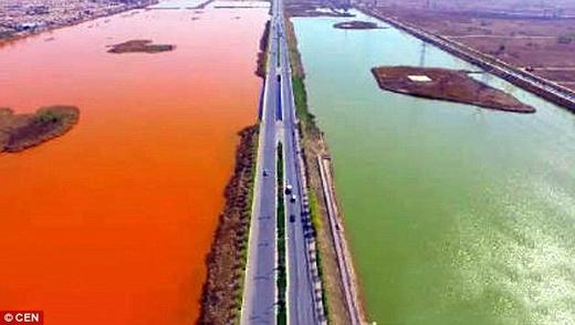 Toàn bộ mảng sông đổi màu đột ngột, không hề có dấu hiệu báo trước