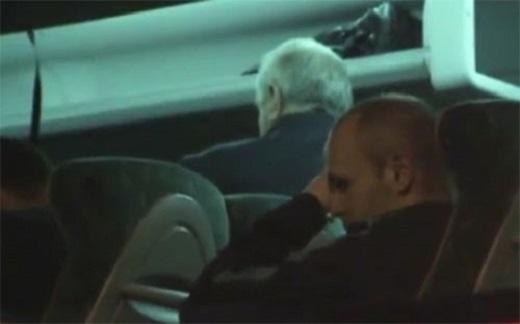 Iniesta bị quay lại cảnh khóc trên xe bus.