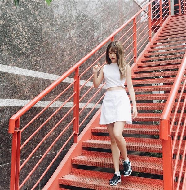 Sắc trắng tinh khôi, nhẹ nhàng vẫn chưa bao giờ hết sức hút bởi độ trung tính dễ kết hợp trang phục. Quỳnh Anh Shyn mang đến 2 hình ảnh khác nhau khi diện tông màu này: một trẻ trung, năng động với váy rộng giấu đường cong; một điệu đà, gợi cảm với áo hở eo phối cùng chân váy midi cổ điển. Cả hai bộ trang phục đều được cô nàng kết hợp cùng giày thể thao năng động, cá tính.