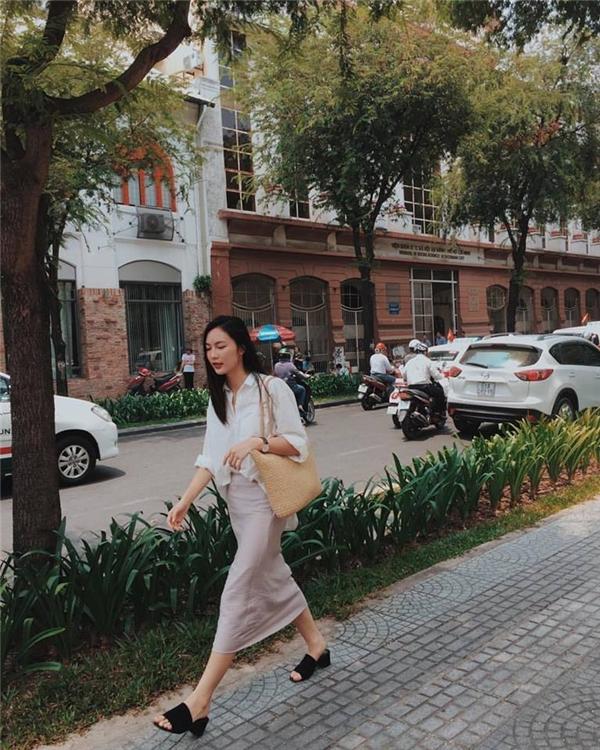 Helly Tống khắc họa hình ảnh cô gái thành thị thanh lịch với áo sơ mi kết hợp chân váy bút chì màu pastel ngọt ngào. Điều thú vị mà cô nàng tạo nên cho tổng thể chính là việc kết hợp cùng giỏ đệm, giày nhung mang đậm sắc màu cổ điển.