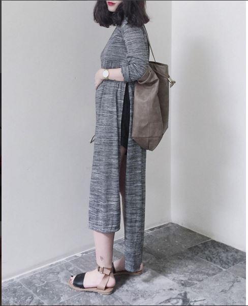 Fashionista Heo Mi Nhon mang đến vẻ ngoài lạ mắt với áo oversized xẻtà sâu hút. Cô nàng còn gây tò mò khi kết hợp dáng áo bên ngoài cùng quần short ngắn cũn bên trong. Ngay từ cái nhìn đầu tiên, có thể nhiều người sẽ lầm tưởng vể độ gợi cảm quá táo bạo của bộ trang phục này.