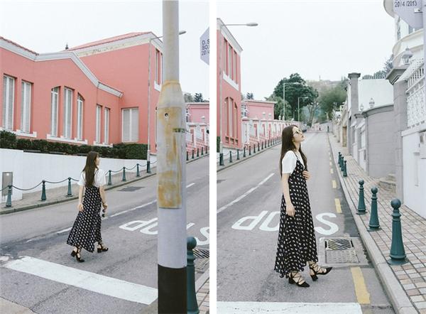 Cô nàng này đã làm mới chiếc váy maxi truyền thống khi phối cùng áo phông đơn sắc bên trong.