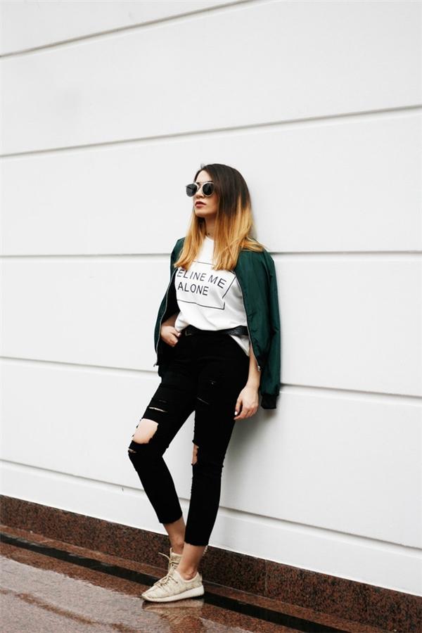 Vẻ đẹp vượt thời gian của hai tông màu trắng - đen với những item quen thuộc như: legging, áo phông, quần yếm hay váy đáy thụng một thiết kế vừa lạ, vừa quen.