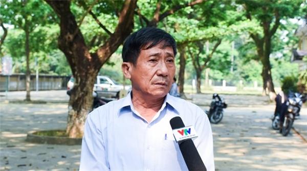 Thày Bùi Phước - Hiệu trưởng trường THCS Nghĩa Hà, kể lại giây phút đón nhận hung tin với báo chí. Ảnh:Đoàn Nguyên.