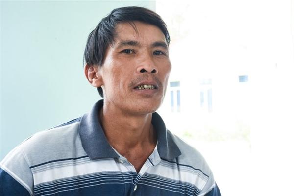 Ông Nguyễn Tấn Thái (ngụ xã Nghĩa Hà)kể lại phút nhảy xuống sông vớt thi thể các học sinh chết đuối. Ảnh:Đoàn Nguyên.