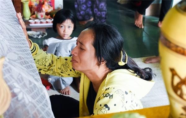 Bà Nguyễn Thị Kim Hồng (trú thôn Kim Thạch) khóc ngất bên quan tài con trai. Ảnh:Đoàn Nguyên.