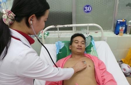 Cùng với con thơ, anh Bình đang trong cảnh thập tử nhất sinh