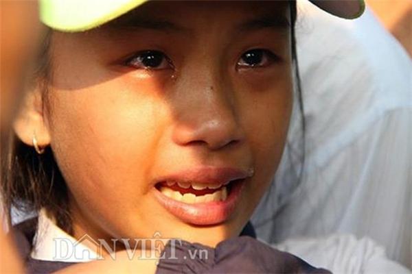 Em Ngân kể lại vụ việc trong nước mắt.