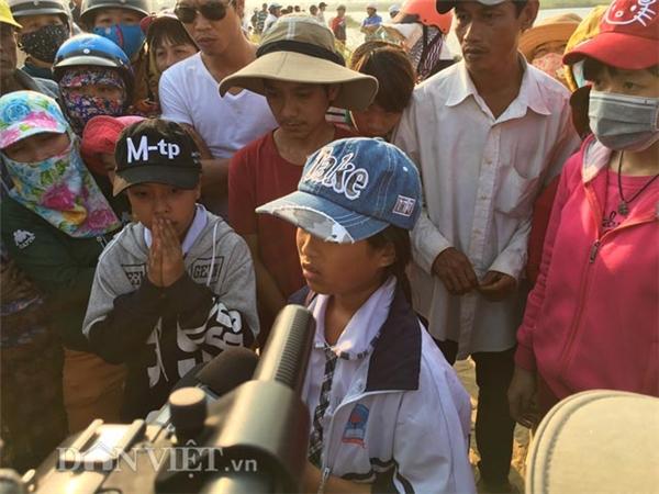 Nước mắt chảy dài trên gương mặt em Trần Thị Hà Phương - một trong số những em đi cùng 9 bạn trai cùng lớp bị tử nạn, khi kể lại sự việc.