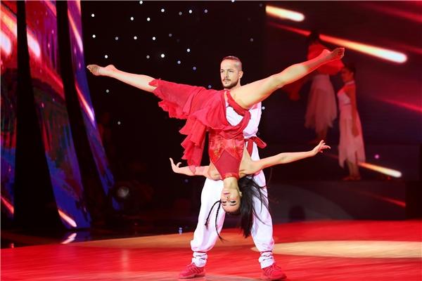 MLee trong trang phục đỏ đã mang đến cho khán giả những điệu nhảy cuồng nhiệt và nóng bỏng. - Tin sao Viet - Tin tuc sao Viet - Scandal sao Viet - Tin tuc cua Sao - Tin cua Sao