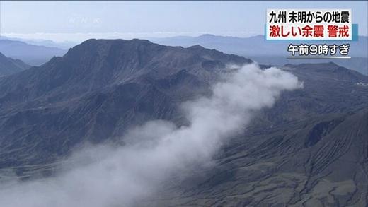 Núi lửa Aso phun trào sáng 16-4. Ảnh: NHK