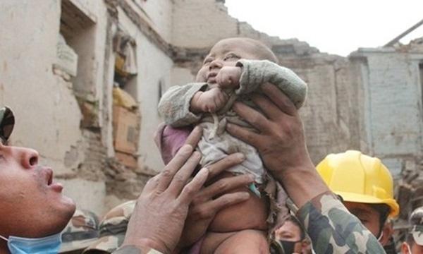 Bức ảnh ghi lại khoảnh khắc cậu bé Sonies được cứu sống sau 22 giờ gây xúc động trên toàn thế giới.