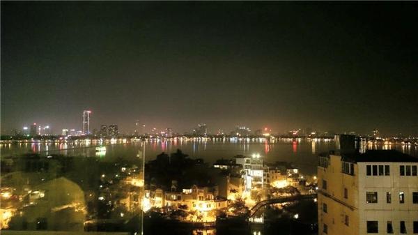 Khung cảnh thành phố về đêm khi bạn ngồi ở6 Degrees. (Ảnh: Internet)