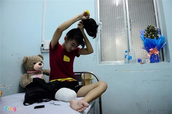 Sáng 17/4, Lê Thị Hà Vi (15 tuổi) dậy sớm chải tóc để chuẩn bị về nhà, sau gần 3 tuần chuyển đến Bệnh viện Chỉnh hình và phục hồi chức năng (ở quận Tân Bình) để tập vật lý trị liệu, lắp chân giả tập đi.