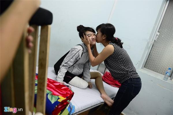 Người thân của Hà Vi sinh sống tại Bình Dương đến thăm và hôn chào tạm biệt khi nữ sinh.