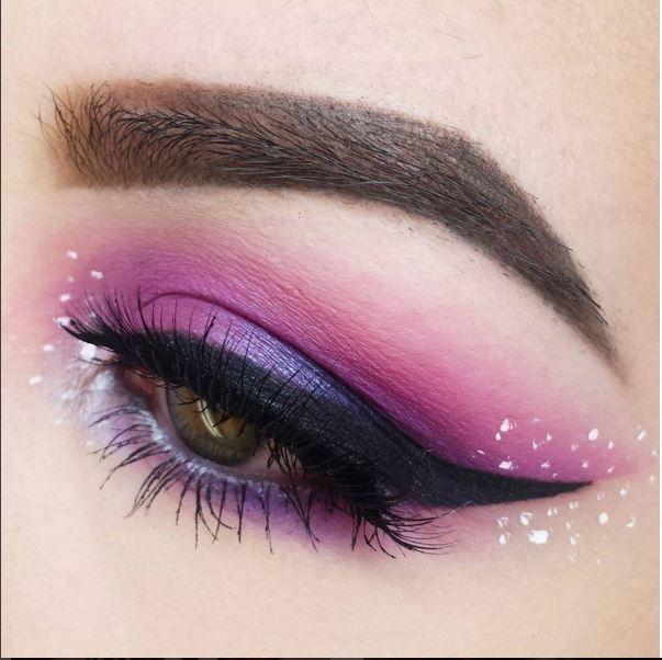 Vẻ đẹp ngọt ngào của hai tông màu hồng tím hòa quyện vào nhau, trong đó tỉ lệ màu tím chiếm khá lớn. Phần đuôi mắt được nhấn nhá bởi sắc xanh dương thẫm có ánh nhũ.