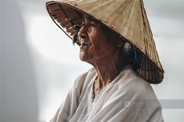 Bà Nhẫn kể cho chúng tôi nghe về cuộc đời bà, ánh mắt nhìn xa xăm.