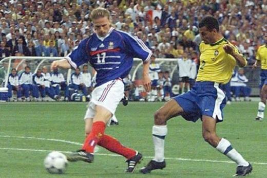 Petit (trái) ghi bàn ấn định 3-0 cho ĐT Pháptrong trận chung kết World Cup 1998