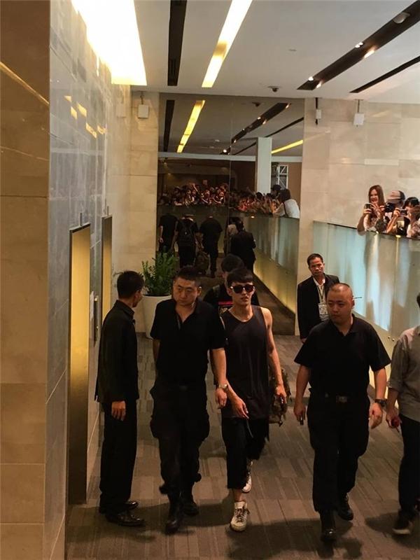 Lực lượng anh ninh đã có mặt ở khắp mọi nơi để tỏa đường cho nam diễn viên di chuyển. Mỗi vé vào cổng cho đêm họp mặt tối nay là khoảng 3,5 triệu đồng nhưng đã được bán sạch chỉ trong vòng 9 phút.