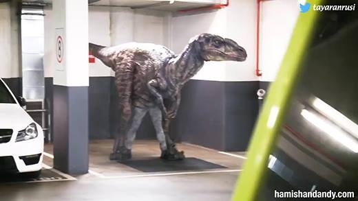 Cười thả ga với trò giả khủng long dọa người chết khiếp