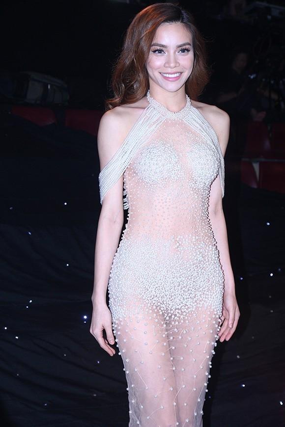 """Trên ghế nóng chung kết Siêu mẫu Việt Nam 2015, Hồ Ngọc Hà cũng diện một bộ váy mỏng tang sử dụng ngọc trai đính kết làm điểm nhấn. Tuy nhiên, bộ váy lại gây ra nhiều ý kiến trái chiều và khiến Hồ Ngọc Hà """"suýt"""" bị phạt."""
