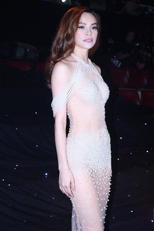 Tuy nhiên, theo lí giải của phía ê-kíp, bên trong bộ váy còn có một phần lót bằng vải da nên thực tế, tất cả đã được trang bị ở mức an toàn.
