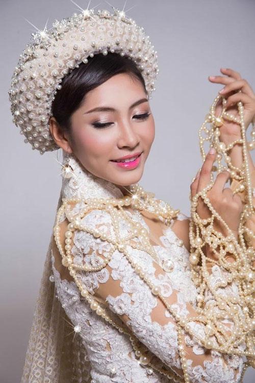 Bộ áo dài mà Hoa hậu Đại dương Đặng Thu Thảo mang đến cuộc thi Hoa hậu Quốc tế 2014 cũng được đính kết ngọc trai với số lượng lớn. Ước tính giá trị của thiết kế này là hơn 5 tỉ đồng.