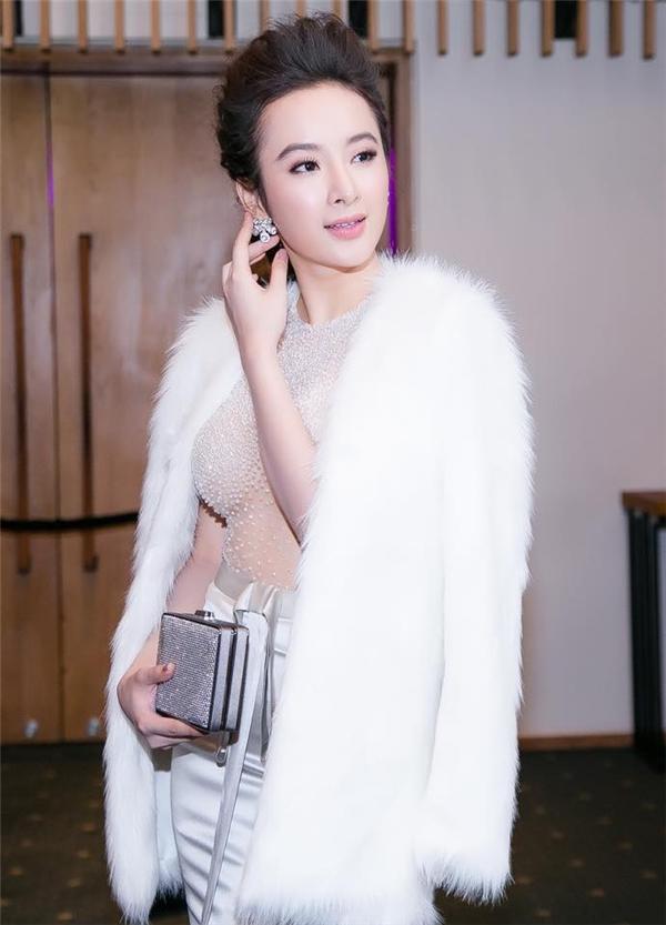 Ngọc trai cũng tạo nên điểm nhấn thú vị cho bộ váy gợi cảm này của Angela Phương Trinh.