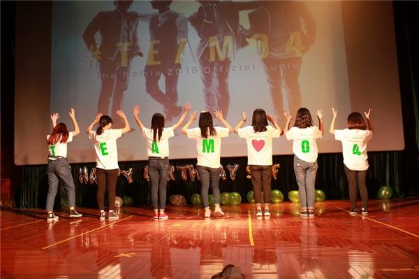 """Hơn 30 fans đã tặng Soobin và team 4 một món quà bất ngờ khi nhảy điệu """"Chuyện chàng cô đơn"""" ngay trên sân khấu. Màn trình diễn này đã khiến nam ca sĩ rất bất ngờ và cảm động, bởi vũ đạo của ca khúc này vừa dài, vừa khó. - Tin sao Viet - Tin tuc sao Viet - Scandal sao Viet - Tin tuc cua Sao - Tin cua Sao"""