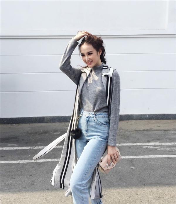 Mặc dù người đẹp trông vô cùng năng động với quần jeans và áo khoác dáng dài nhưng vẫn không khỏi có phần sai-thời-tiết. - Tin sao Viet - Tin tuc sao Viet - Scandal sao Viet - Tin tuc cua Sao - Tin cua Sao