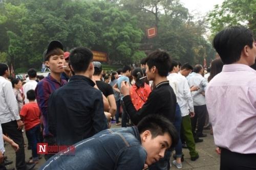 Đây là 1 trong số rất ít những chàng trai châm lửa hút thuốc chỗ trang nghiêm và chốn đông người