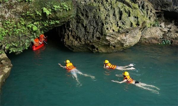 ... bơi, hoặc chèo thuyền Kayak để vào Hang Tối (Ảnh: Internet)