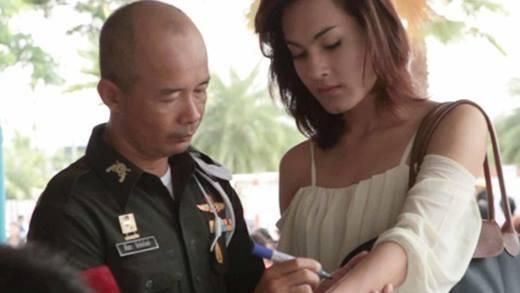 Mĩ nữ chuyển giới tiết lộ chuyện khám nghĩa vụ quân sự