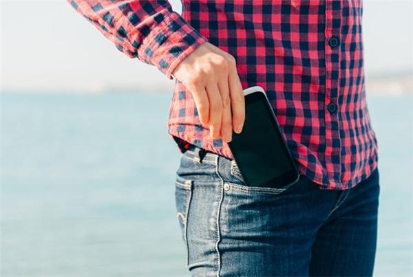 Cứ rút điện thoại ra kiểm tra thì lại chẳng có tin nhắn hay cuộc gọi nào!