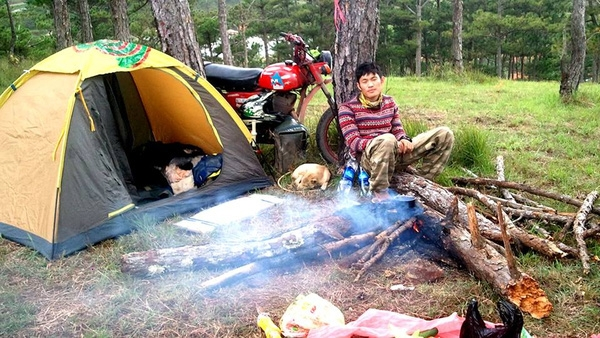 """Cùng chiếc Minsk """"đồng rừng"""", chú chó nhỏ và những chiếc lều, Tân đã được sống những cuộc đời khác nhau, qua mỗi chuyến đi,"""