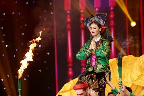 Khánh My - Georgi dự thi bài nhảy đầu tiên với hình ảnh hầu đồng với những điệu múa dân gian kết hợp Rumba - Tango. - Tin sao Viet - Tin tuc sao Viet - Scandal sao Viet - Tin tuc cua Sao - Tin cua Sao