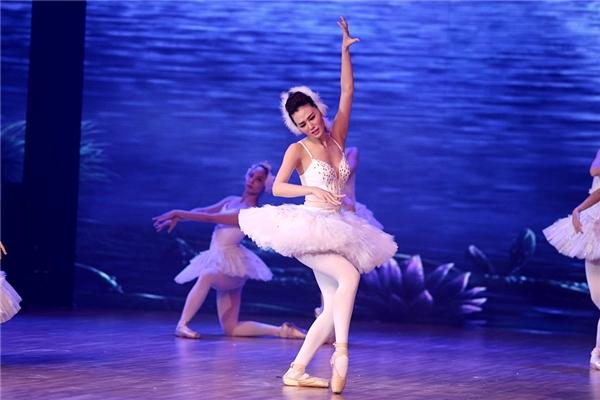 Ở bài thi thứ 2,Khánh My lựa chọn tác phẩm kinh điển Hồ thiên ngacùng điệu múa Ballet trên giày mũi cứng. - Tin sao Viet - Tin tuc sao Viet - Scandal sao Viet - Tin tuc cua Sao - Tin cua Sao