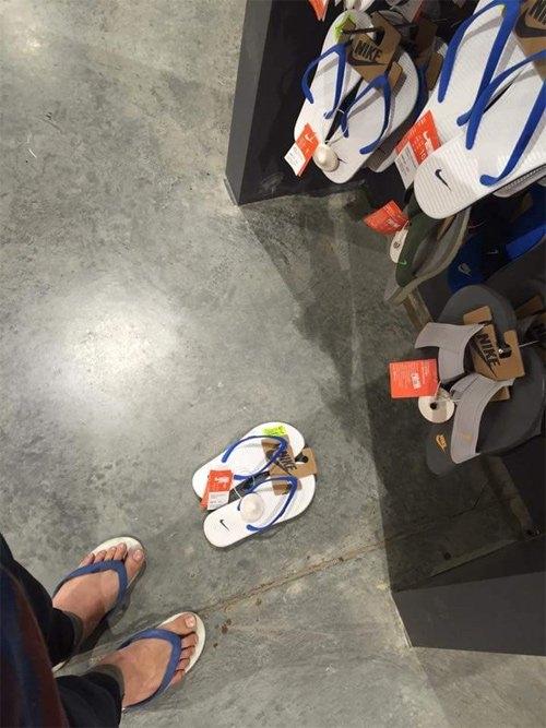 Dép tông của Nike trên giá và dép tông hơn 60 ngàn của Thái Lan.