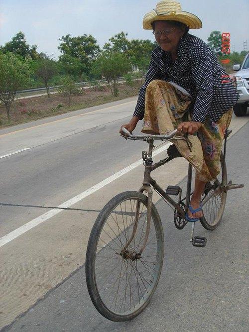 ... và sarong của một bà lão ở Thái Lan.