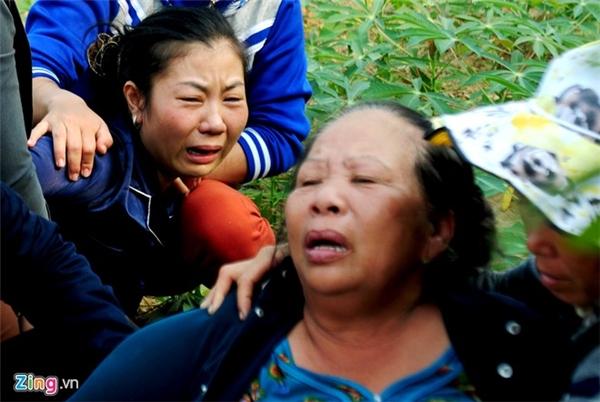 """Trong đám tang cháu ngoại Phạm Xu Sum, bà Nguyễn Thị Dung (67 tuổi, ngụ thôn Kim Thạch, xã Nghĩa Hà) gào khóc thảm thiết. Chục năm trước, trong khi chị Phạm Thị Phương mang thai Sum thì chồng gặp nạn trên biển. Sau khi sinh con, chị Phương để Sum ở quê cho bà ngoại nuôi rồi vào Sài Gòn mưu sinh, có chồng khác. """"Từ nhỏ cháu tôi sớm gặp cảnh bất hạnh, vậy mà ông trời nỡ bắt nó lìa đời sớm thế này. Cháu đi rồi, bà biết sống với ai đây"""", bà Dung nức nở."""