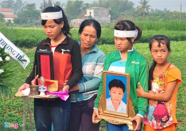 Các chị gái của nạn nhân Cao Ngọc Vũ (ngụ thôn Hổ Tiếu, xã Nghĩa Hà) buồn đau trước cái chết đột ngột của em út.