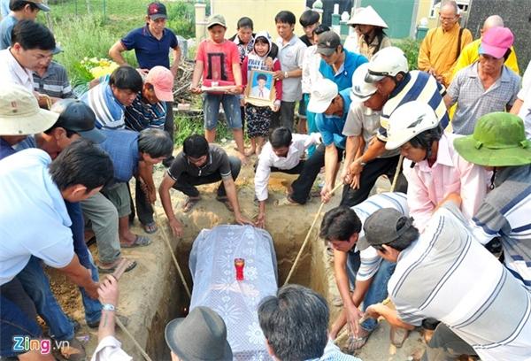 Gần trưa, thi thể các nạn nhân lần lượt được dân làng chôn cất.