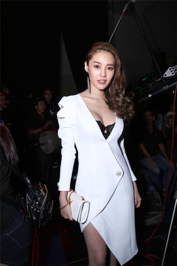 Linh Chi cũng xuất sắc có mặt trong top sao đẹp tuần qua với bộ cánh diện theo mốt khoe nội y. Thiết kế với những đường cắt, dựng phom bất đối xứng thu hút ánh nhìn người đối diện trong những giây đầu tiên.