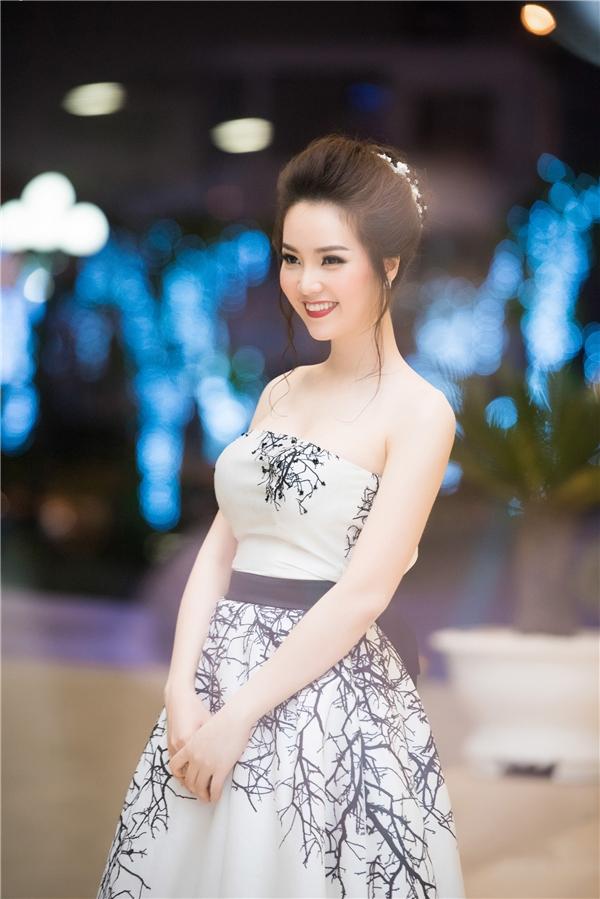 """Á hậu Thụy Vân """"mê tít"""" cặp song sinh thiên thần nhà Hồng Nhung"""